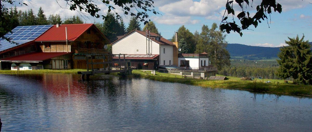 Wanderurlaub Bayerischer Wald Ansicht Runenhof mit See